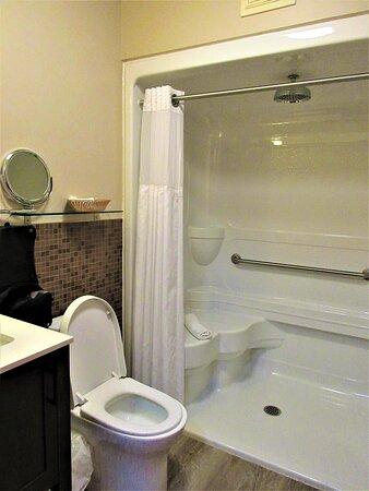 La Malbaie, Kanada: Salle de bain avec une grande douche