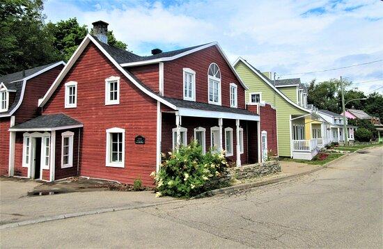 La Malbaie, Kanada: De belles maisons sur la rue Richelieu en se dirigeant à pied vers la rue du Quai
