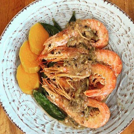 Encocado de gambas, una deliciosa receta tradicional caribeña con un toque picante.