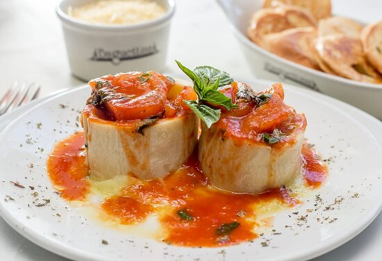 Rotolono: (2 Unidades) Medallones de pasta rellenos de espinaca y mozzarella bañados en salsa pomodoro