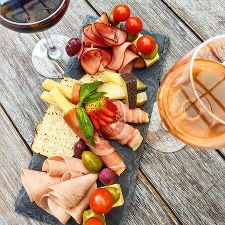 Tabla aperitivo: Jamón emperatriz, jamón dulce, palitos crocantes con jamón serrano, queso manchego, holandés, pinchos de tomates cherry y aceitunas, tostadas crocantes