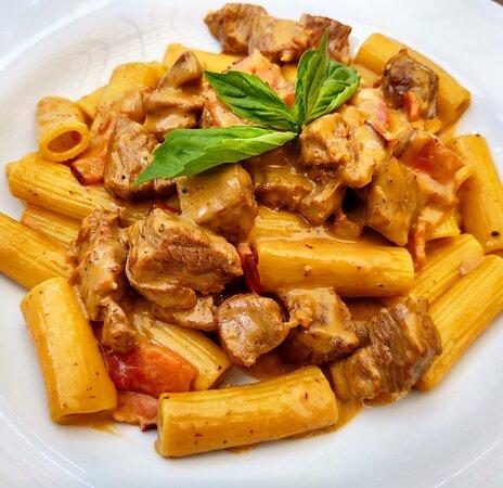 Rigatoni Mignon: Carne, tocineta y salsa demi-glace