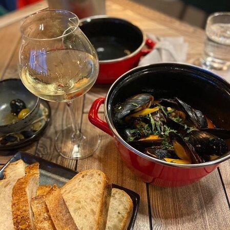 Легкий ужин с морепродуктами под приятную музыку и бокал белого.
