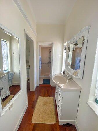 O quarto das imagens é o quarto número quatro - composto por cama de casal e casa de banho privativa.