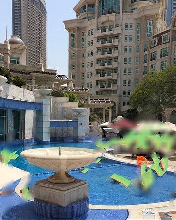 Le Swissôtel Al Murooj Dubai : un hotel horrible  Je suis limité a 10 photos dommage, au vu de la salete et l' insalubrite, mon frere est parti des le.lendemain et attend son remboursement pour les nuitees non consommees La piscine = pataugoire sale entouree de beton.