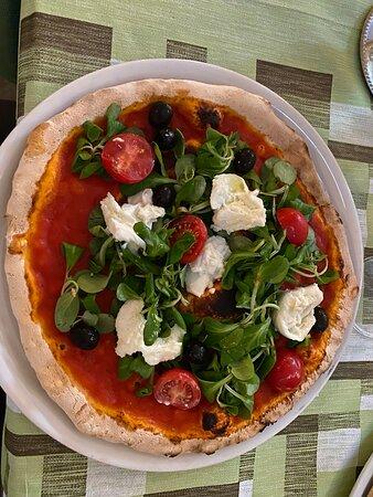 Pizza mit Creme-Käse und Salat
