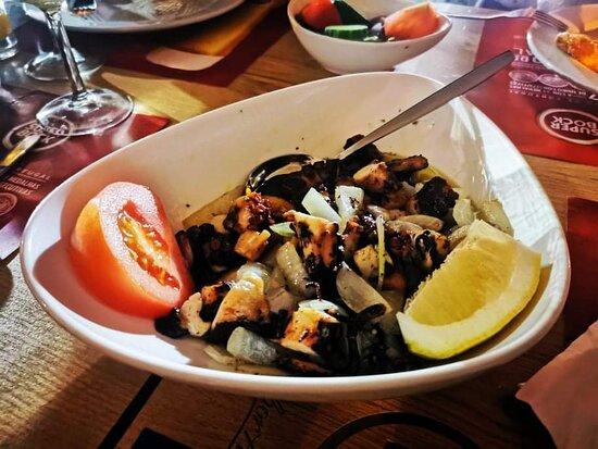 Excelente local para jantar, a beira do mar, ambiente encantador. Comida excelente. Adorei mesmo.
