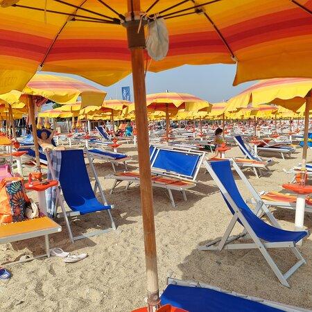 Ospiti che si servono da soli senza personale, usando la stessa pinza - RossanoClub Resort Itaca - Nausicaa的圖片 - Tripadvisor