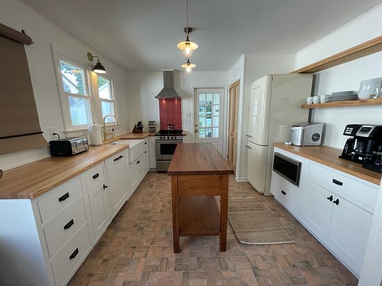 Unit 16 chef-ready retro kitchen with modern appliances microwave, dishwasher and oven