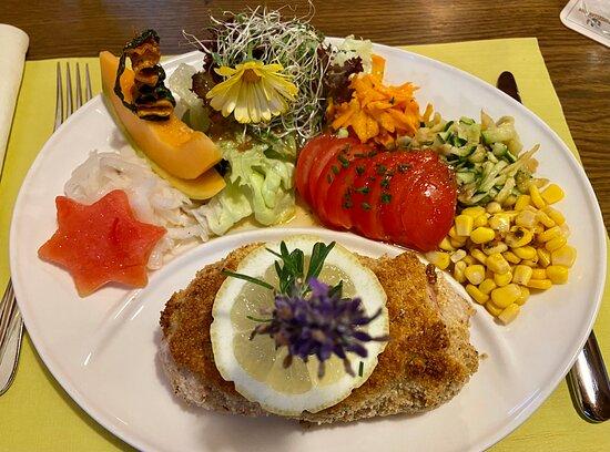 Cordonbleu mit reichlich Beilagen, die alle frisch waren u jeder Salat hatte sein eigenes Dressing. Selbst die Melone für den Stern war vollreif und lecker.