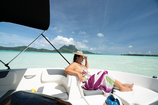 Enjoy a moment in the lagoon on the brand new bayliner element e6