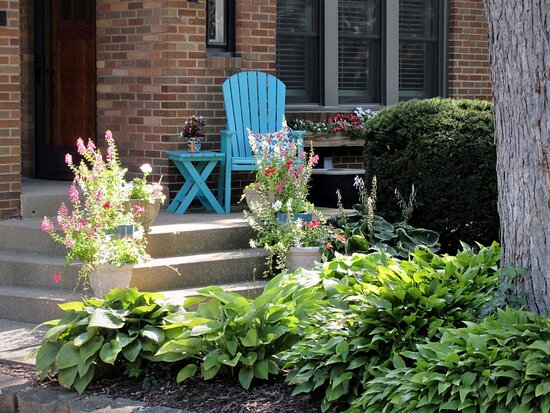 Peoria Heights, IL: Various styles of landscaping. E Glen Ave. August 2021