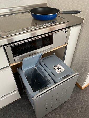 電磁調理器とゴミ箱(燃えるゴミ、生ゴミ) <ゴミ箱は他に、ペットボトル用、びん類用、缶類用もあり> (セッカニ2)