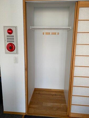 2階のクローゼット<ハンガー掛けの棒は、隣の洗濯機上から後で移動して使用しました> (セッカニ2)