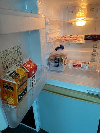 冷蔵庫の中身 <数日分の食パン、マーガリン、牛乳、ジュース、卵、ベーコンのサービスあり : 10泊したからかも> (セッカニ2)
