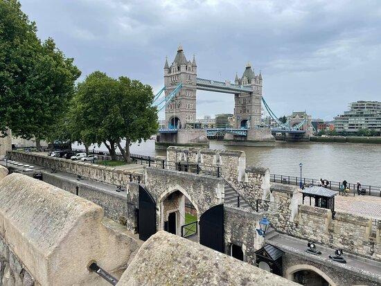Entrébiljett till Towern inklusive kronjuvelerna och Beefeater-tur: Tower bridge from the ramparts