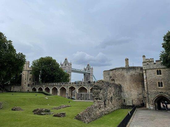 Entrébiljett till Towern inklusive kronjuvelerna och Beefeater-tur: Roman wall, the Bloody Tower, ramparts and tower bridge