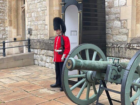 Entrébiljett till Towern inklusive kronjuvelerna och Beefeater-tur: Standing guard outside the Home of the Crown Jewels
