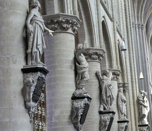 Mechelen Onze-Lieve-Vrouw-over-de-Dijlekerk, statues in the Nave