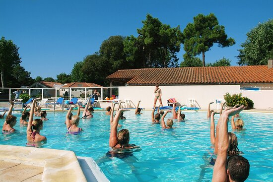 Cours d'aquagym à la piscine du camping