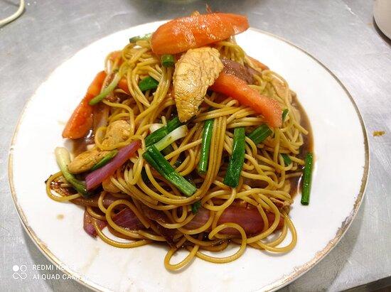 Nuestro delicioso jugoso  Spaghetti Saltado de pollo  en salsa de ostion ,soya  con cebollas ,tomates,al aroma de ajonjoli .