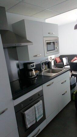 Quichenette équipée d'un four électrique, d'un micro-ondes, d'un lave vaisselle et de tout les ustensiles ménagers nécessaires.