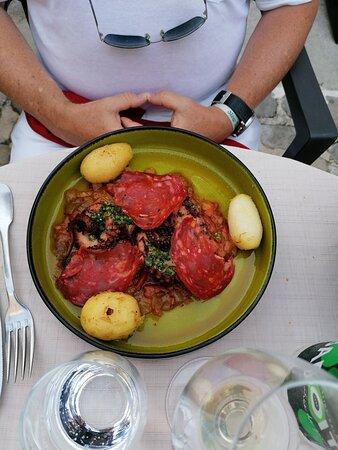 Poulpe grillé (très bien cuit), pirerade et chorizo