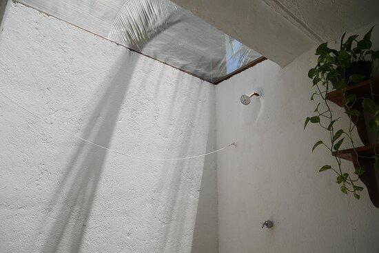 Cada habitación cuenta con baño privado con regadera al aire libre