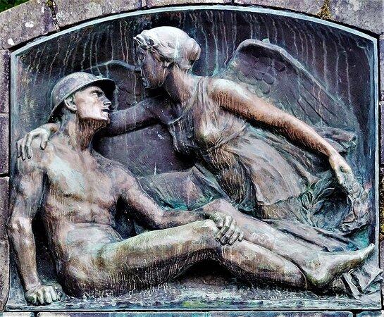 Piéta laïque d'un grand raffinement, la stèle honore les morts dans un style original. Elément du patrimoine communal réalisé par des artistes de renom , il est protégé par les Monuments Historiques depuis 2019 (inscription).