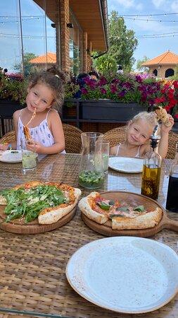 Вкусная пицца, обалденные сыры, масла, паста! 👍
