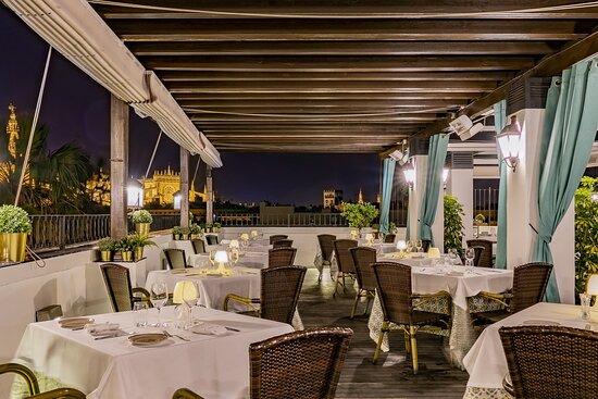 Parte izquierda del restaurante. Foto nocturna