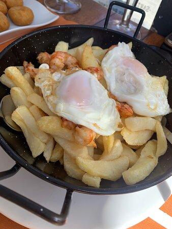 Sartén de patatas con huevos y gambas