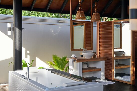 JA Manafaru - Three Bedroom Island Residence with Family Pool & Private Pool. Master Bedroom Outdoor Bathroom with Double bathtub with waterfall and whirlpool features.