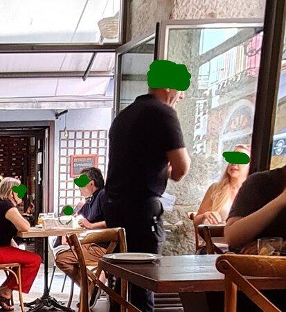 camarero sin mascarilla