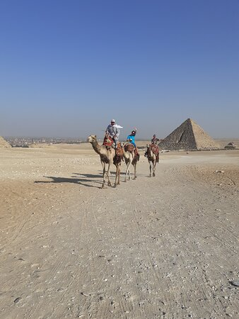 Gizé, Egito: Infront of the pyramid on the camals with lovely family from America