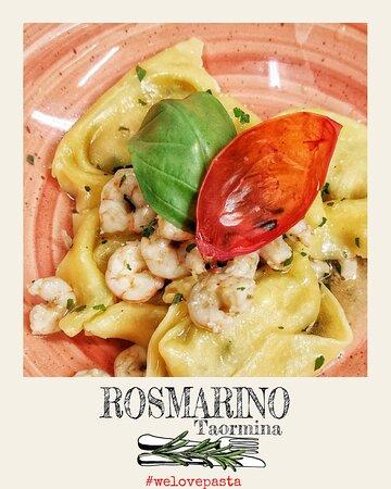Tortelloni ripieni di crostacei con gamberi e limone Tortelloni pasta filler with crustaceans, with prawns and lemon