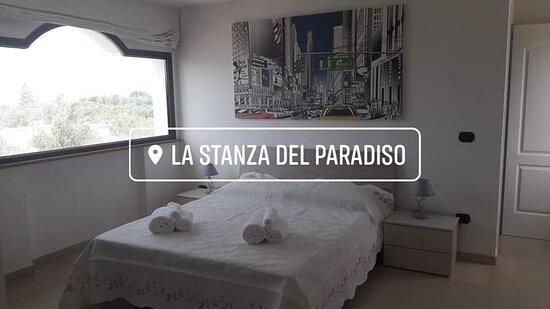 Camera n.4 matrimoniale con bagno privato e anticamera  con due letti singoli oppure matrimoniale con ampio terrazza antistante con vista mare e piscina.