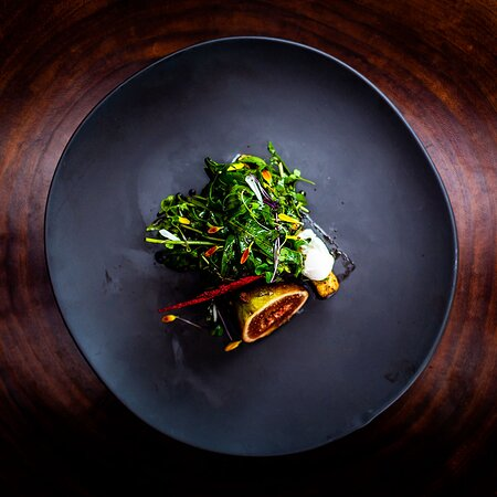 El día está como para disfrutar de una exquisita Ensalada Gaviotas 🥗😋 con higos escalfados en pulque, panela adobada, arúgula baby, huevo de codorníz pochado y gastrique de cenizas. ¿Tú con qué lo acompañarías? 😍 _  Today is a great day to enjoy an exquisite Gaviotas Salad, 🥗😋 with pulque-poached figs, spicy panela cheese, baby arugula, poaches quail egg and ash gastrique. What will you pair it with? 😍