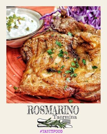 Coscetta di pollo alla griglia marinata in succo di agrumi, bacche di ginepro e rosmarino Grilled chicken thigh, marinated in citrus juice, juniper berries and rosemary