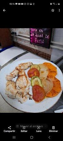 Pescado plancha con parrillada de verduras