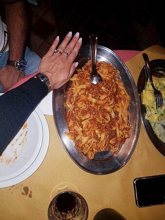 Nelle foto del cibo, porzione di ravioli per 1 persona, e di tagliatelle, per due persone... super abbondante e buonissimo!!