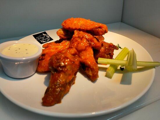 Dublin, Irlanda: Silver Leaf Chicken Wings. (BBQ or Buffalo Sauce)