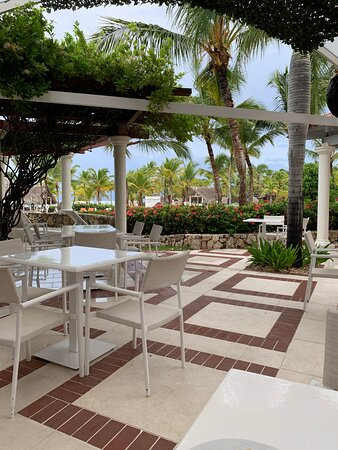 Outside seating at the Casa Bella buffet restaurant poolside.