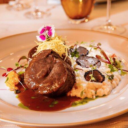 FILET COM RISOTO DE MASCARPONE E TRUFAS filet Mignon ao molho de vinho do Porto, risoto de queijo mascarpone finalizado com lascas de trufas negras.