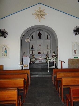 Interior da capela São Mateus, em destaque altar coletivo