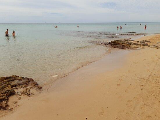 Spiaggia lunghissima e acqua limpida