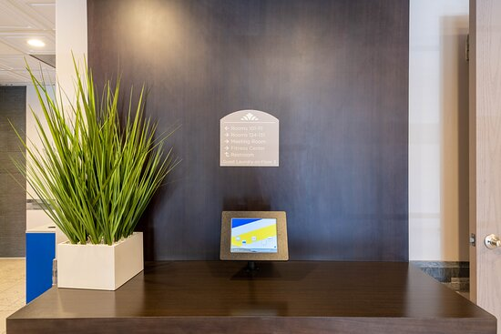 Reception: imagen de Microtel Inn & Suites by Wyndham Tracy - Tripadvisor