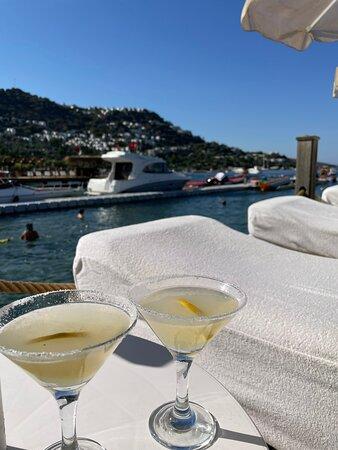 Bra drink till eftermiddagssolen på bryggan