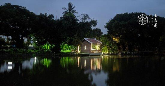 夜間的問月池與伴月亭景色。