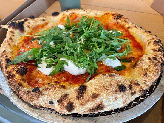 Perwez, Belgique : Pizza Milano (tomate, mozzarella, pesto maison, burrata, roquette)